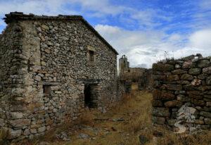 Casas en Peñalzázar e iglesia