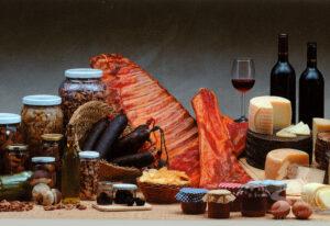 Embutidos, vino, manzanas, y repostería artesanal