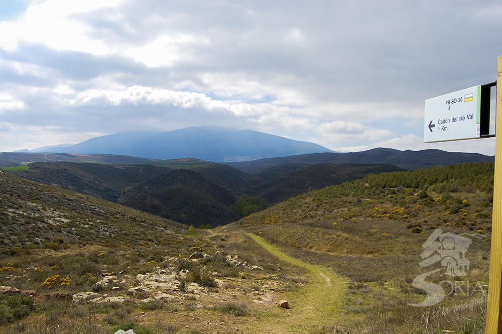 Ruta por el Cañón del Val con el Moncayo al fondo